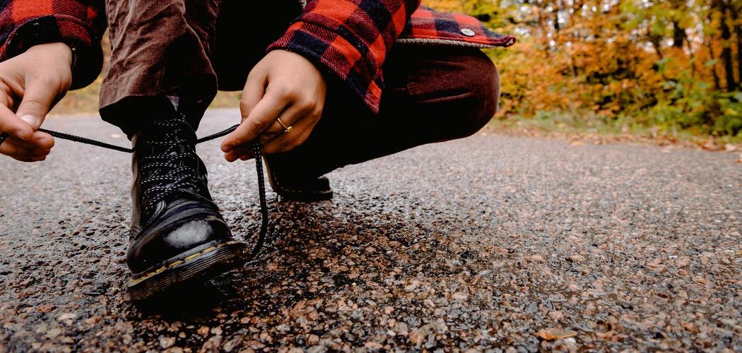 Menghilangkan Bekas Lem pada Sepatu